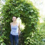 Lena lataa puutarhasta energiaa talven opetustyötä varten.