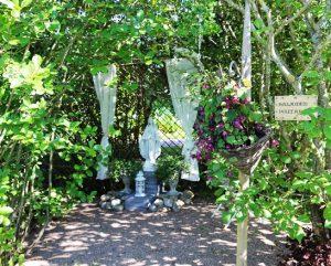 Salainen puutarha on hiljentymispaikka. Maria-patsasta reunustavat pitsiverhot.