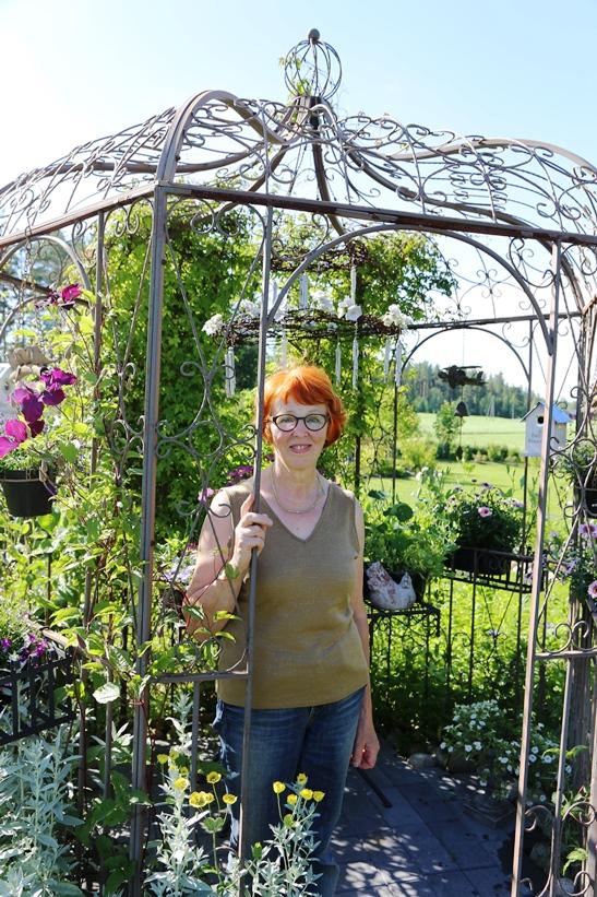 Vuokko Korkeamäki sanoo puutarhan olevan hyvä insipiraation lähde.
