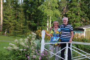 Maija-Liisa ja Taisto rakentavat puutarhaa yhdessä.