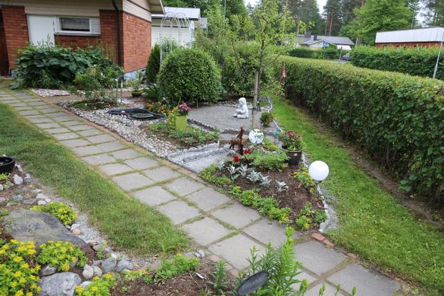 Luonnonkivet ja vuolukivet ovat tärkeässä osassa Annelin puutarhassa.