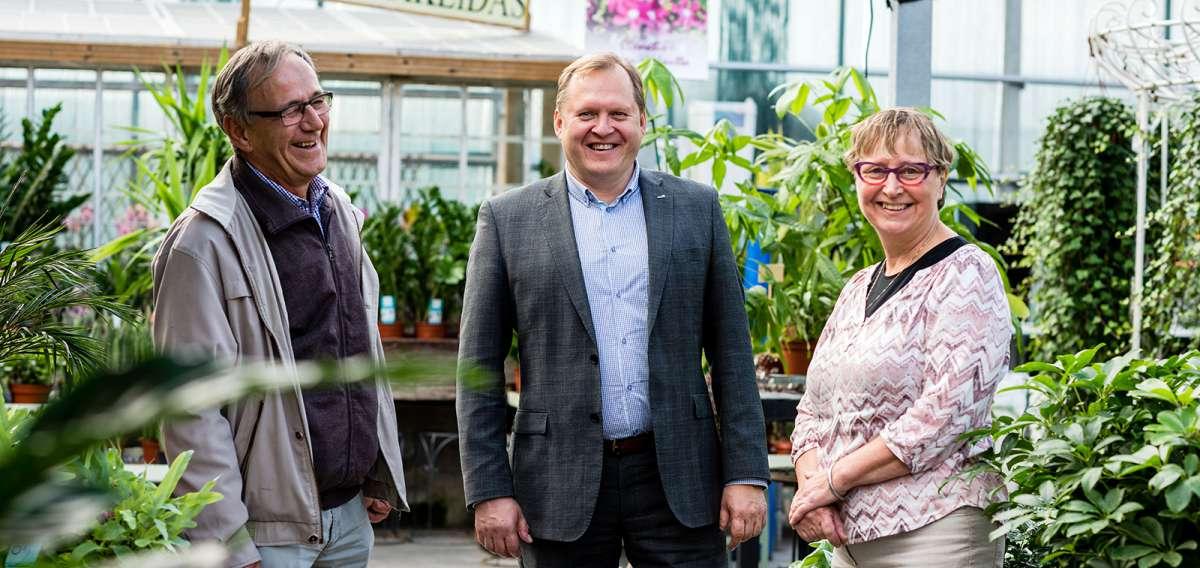 Kauppilan puutarha myytiin syyskuussa 2015 Kuntec Infralle. Kuvassa Antti Kauppila, Karri Knaapinen ja Inkeri Kauppila-Numminen